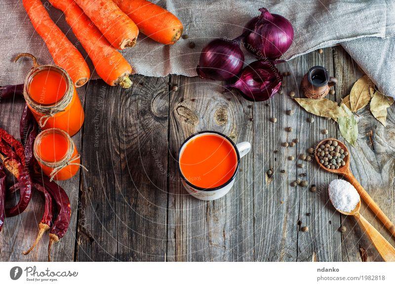 Karottensaft in den Glasgläsern und im Eisen überfallen alt Holz Gesundheitswesen Lebensmittel grau oben orange frisch Tisch Kräuter & Gewürze Getränk trinken