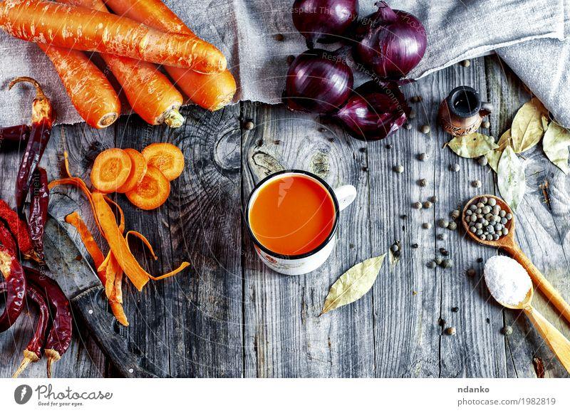Gemüse und Gewürze auf einer grauen Holzoberfläche Kräuter & Gewürze Essen Vegetarische Ernährung Diät Getränk Erfrischungsgetränk Saft Löffel Tisch Natur