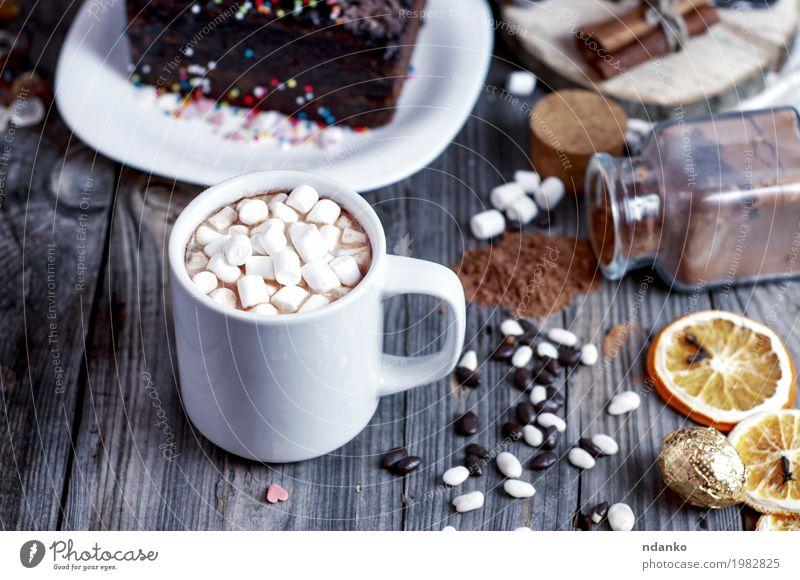 Kakao mit Eibisch auf einer grauen Holzoberfläche Kuchen Dessert Süßwaren Getränk Heißgetränk Tasse Becher Tisch Essen trinken frisch heiß retro braun Scheibe
