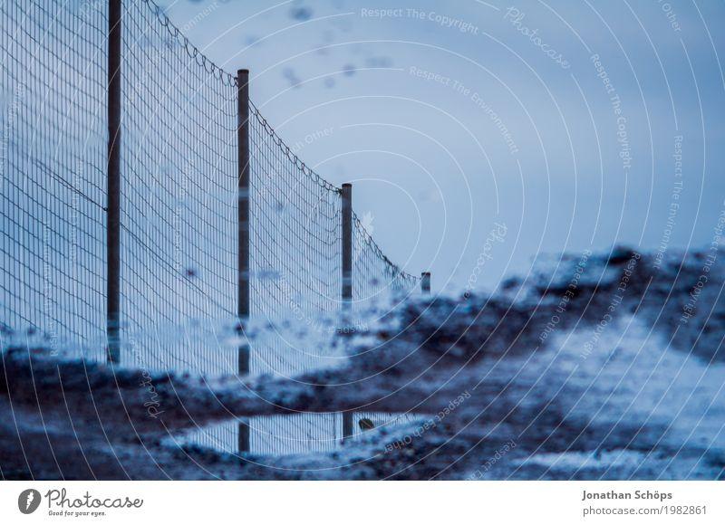 Zaunpfütze Himmel ästhetisch Spiegelbild Reflexion & Spiegelung Grenze Begrenzung verkehrt Pfütze nass Wasser Regen trüb blau trist Trauer Netz Drahtgitter