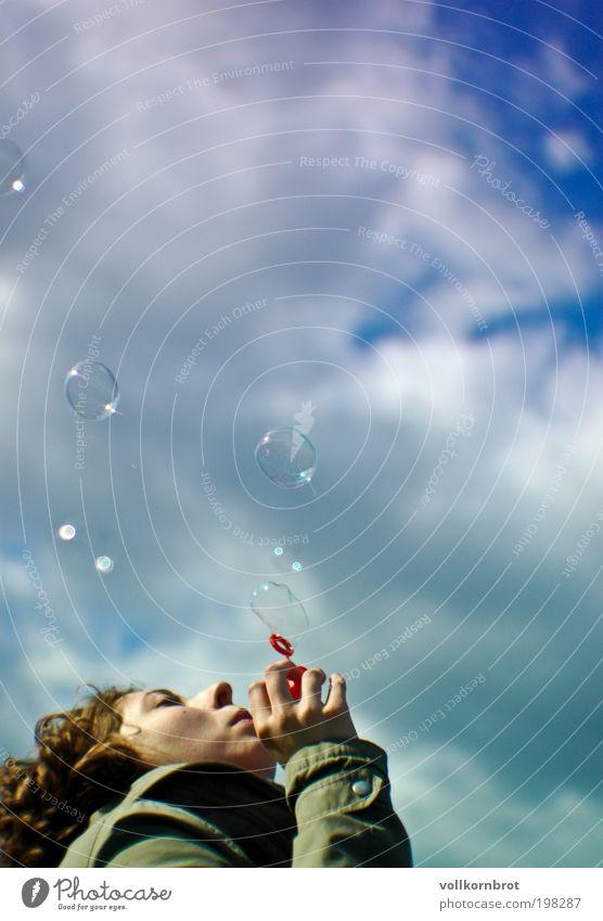 soap bubbles Freude Glück Mensch feminin Junge Frau Jugendliche 1 18-30 Jahre Erwachsene Luft Himmel Wolken Schönes Wetter Jacke brünett Locken träumen