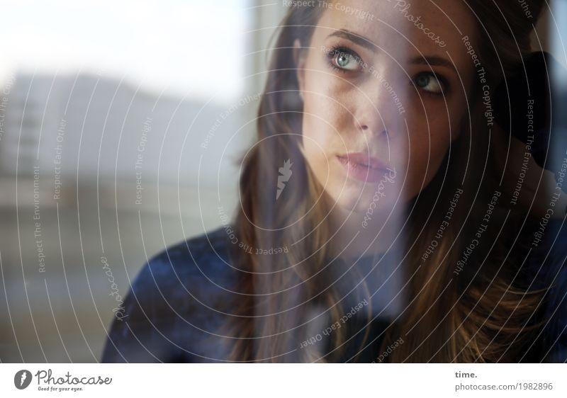 . Mensch Jugendliche Junge Frau Stadt schön Haus ruhig Fenster Leben feminin Zeit blond authentisch Perspektive beobachten Neugier