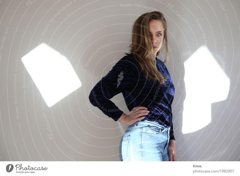. Mensch Jugendliche Junge Frau schön Leben feminin Zeit Raum blond stehen beobachten Coolness Neugier festhalten Jeanshose Konzentration