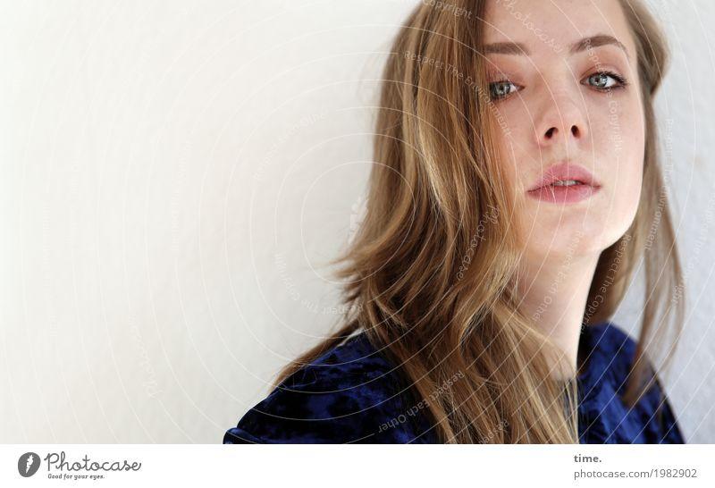 . feminin Frau Erwachsene 1 Mensch Pullover blond langhaarig beobachten Blick schön Stimmung selbstbewußt Coolness Mut Wachsamkeit ruhig Ausdauer Neugier