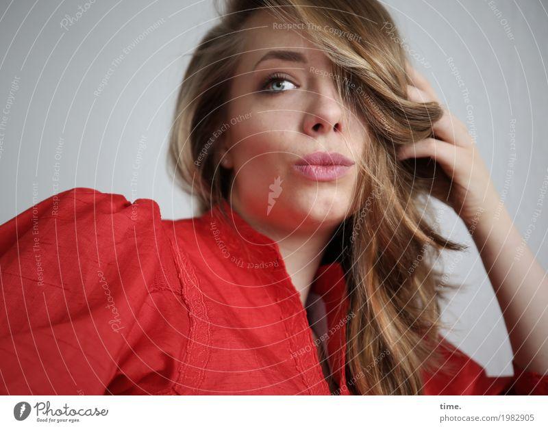 . feminin Frau Erwachsene 1 Mensch Kleid blond langhaarig Locken beobachten Blick schön rot Zufriedenheit selbstbewußt Coolness Willensstärke Sicherheit