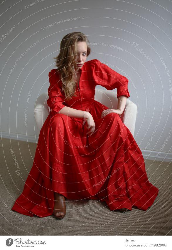 . Mensch Jugendliche Junge Frau schön feminin Denken Stimmung Raum blond ästhetisch sitzen warten beobachten Coolness Neugier Sicherheit