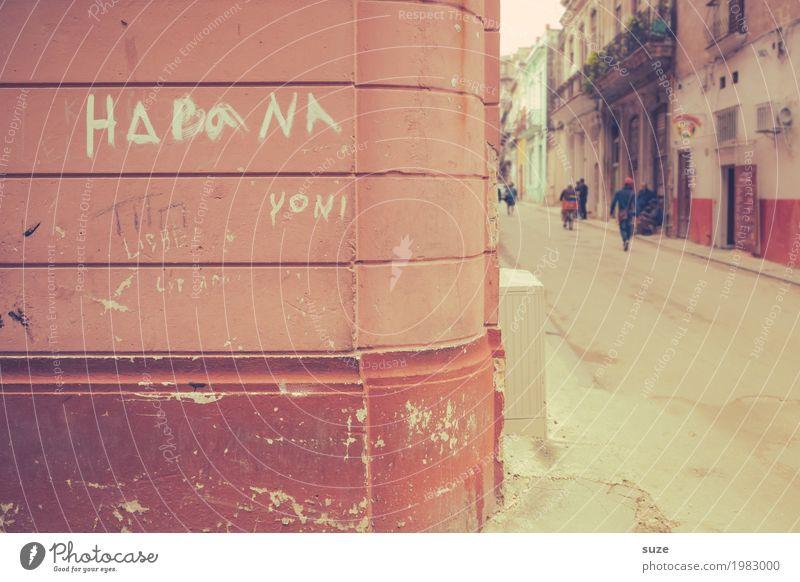 La Habana Ferien & Urlaub & Reisen Stadt Haus Wärme Straße Zeit Fassade rosa Kultur Armut Vergänglichkeit Wandel & Veränderung Fußweg Pause Vergangenheit
