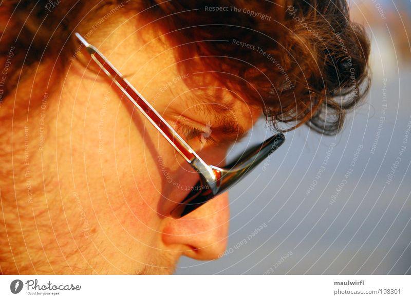 nachdenklich maskulin Junger Mann Jugendliche Leben Kopf Gesicht 1 Mensch 18-30 Jahre Erwachsene Brille Sonnenbrille brünett Bart Dreitagebart Denken Blick