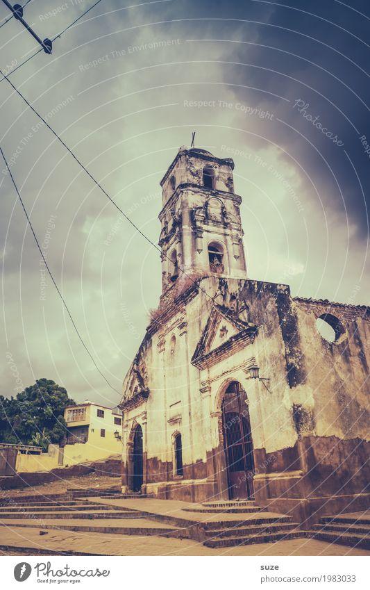 Gott bewahre! Himmel Wolken Sturm Stadtrand Kirche Ruine Platz Bauwerk Gebäude Sehenswürdigkeit Wahrzeichen alt dreckig historisch kaputt Stimmung demütig