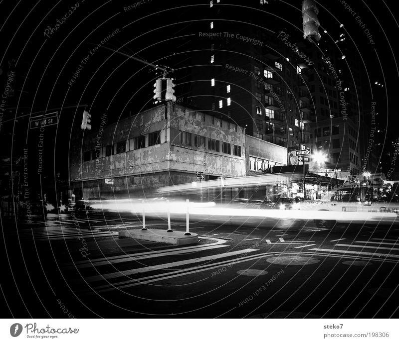 dunkle Lichter alt Stadt Haus Einsamkeit kalt PKW Fassade trist fahren Schwarzweißfoto verfallen Verfall Bewegung Verkehrswege New York City Straßenkreuzung