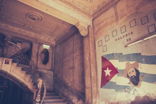 Aufwärts Haus Innenarchitektur Kunstwerk Skulptur Kultur Altstadt Gebäude Architektur Treppe Zeichen Fahne alt Armut retro rebellieren Stolz Verfall