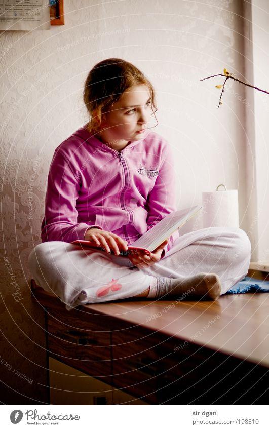 träumerin lesen Raum Küche Bildung Kind lernen Mensch feminin Mädchen Kindheit Jugendliche 1 8-13 Jahre brünett Locken Blick sitzen träumen authentisch Neugier