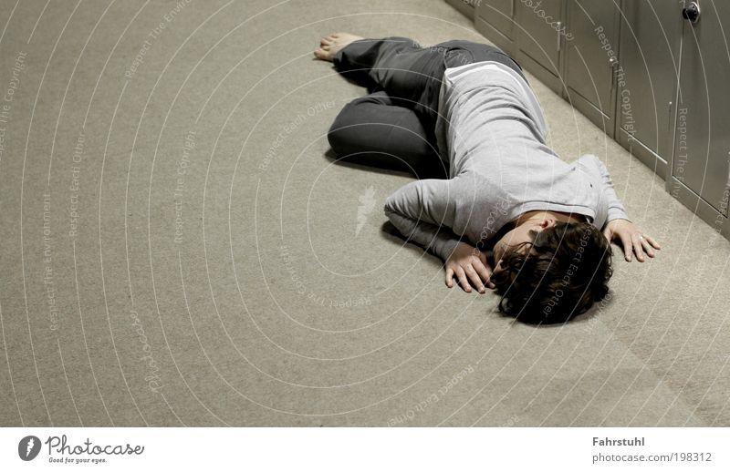 Waiting Junge Frau Jugendliche 1 Mensch 18-30 Jahre Erwachsene Künstler Tänzer liegen warten lang grau Langeweile Zeit Farbfoto Innenaufnahme Textfreiraum links