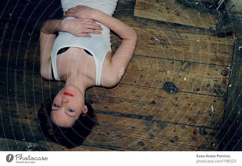 ehrlichkeit. Jugendliche blau Erwachsene dunkel feminin Wand Holz Haare & Frisuren Mauer Haut Mund natürlich liegen Treppe authentisch 18-30 Jahre