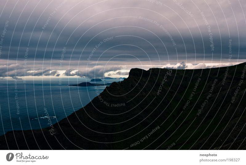 Das Dach der Welt Himmel Wasser blau Meer Wolken schwarz Berge u. Gebirge Landschaft Küste Luft Horizont Insel Urelemente Sturm Low Key Vulkan
