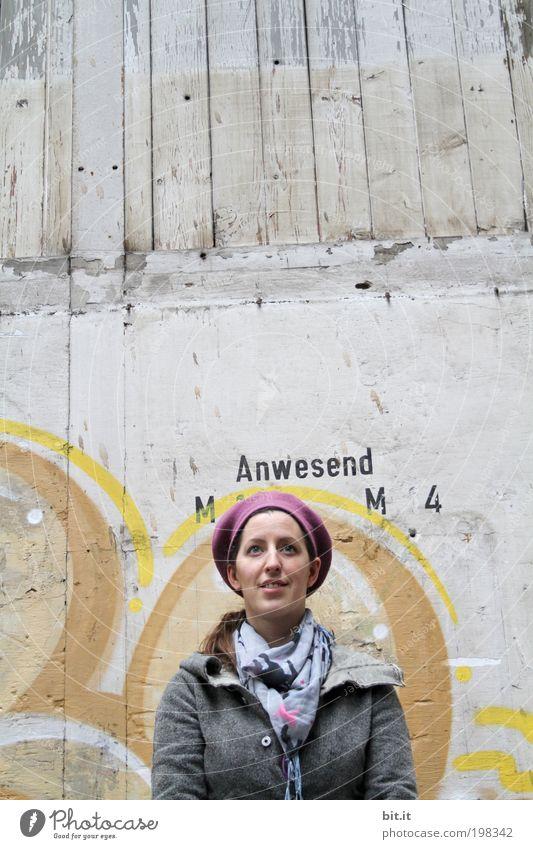 Anwesend [LUsertreffen 04 10] alt Jugendliche Erwachsene feminin Wand Graffiti Kopf Holz grau lachen Mauer träumen Haut Fassade Beton Fröhlichkeit