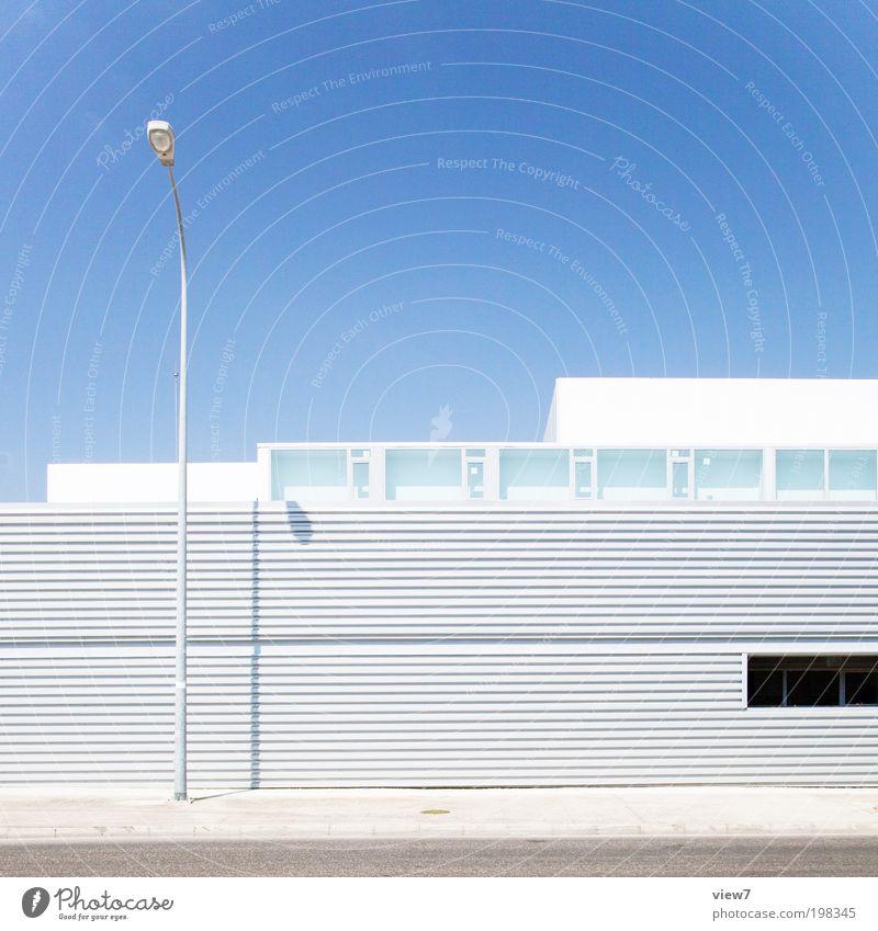 Laterne Himmel Sommer Schönes Wetter Haus Industrieanlage Mauer Wand Fassade Fenster Dach Verkehrswege Straße ästhetisch eckig einfach elegant gut modern seriös