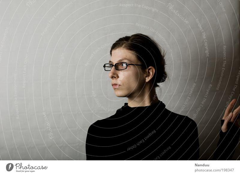 Was war das? Mensch feminin grau dünn ernst Beruf erschrecken Spießer Blick nerdig streng Büroangestellte Brillenträger