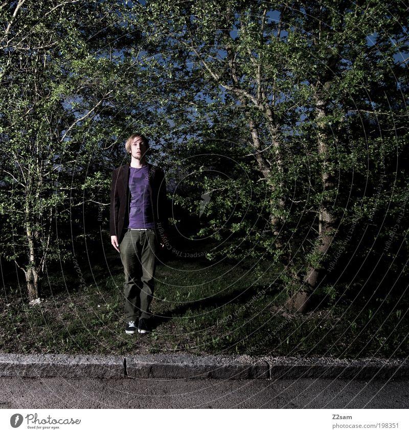 tarnung Natur Jugendliche grün Baum Erwachsene Straße dunkel Umwelt Landschaft grau Gras Stil maskulin stehen außergewöhnlich Coolness