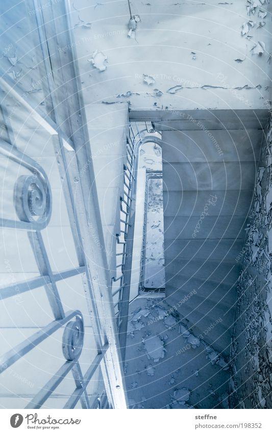 upstairs Haus Treppe alt ästhetisch Altbau Einsamkeit Geisterhaus Geländer Treppengeländer Langzeitbelichtung Farbfoto Gedeckte Farben Innenaufnahme