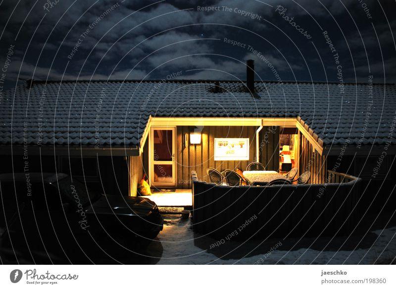 Nachts vor der Hüttn... Ferien & Urlaub & Reisen Erholung Einsamkeit ruhig Haus Winter kalt Wärme Schnee Glück Häusliches Leben Eis Tourismus Idylle Lebensfreude Frost