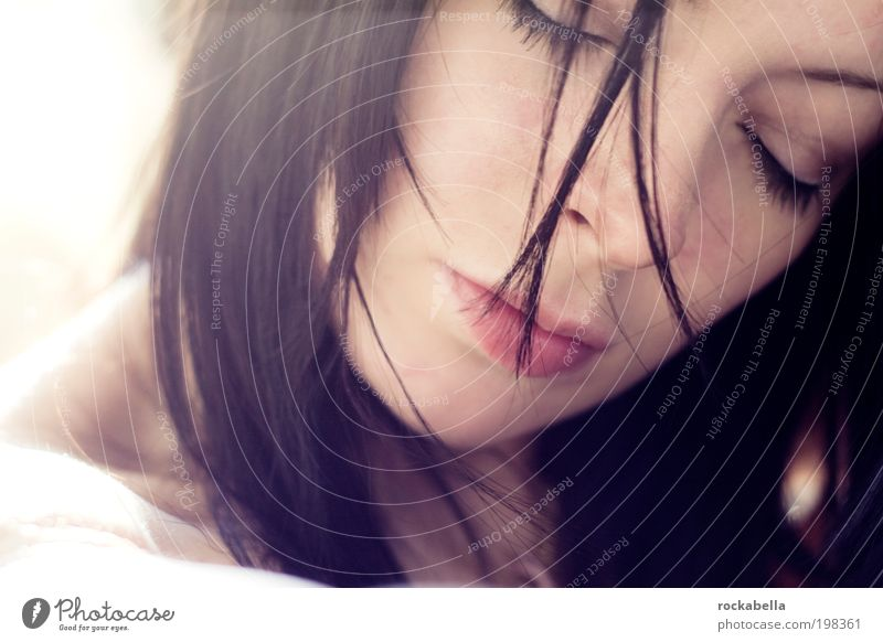 vergessen. feminin Junge Frau Jugendliche 18-30 Jahre Erwachsene schwarzhaarig langhaarig Erholung träumen ästhetisch positiv Wärme Zufriedenheit Geborgenheit
