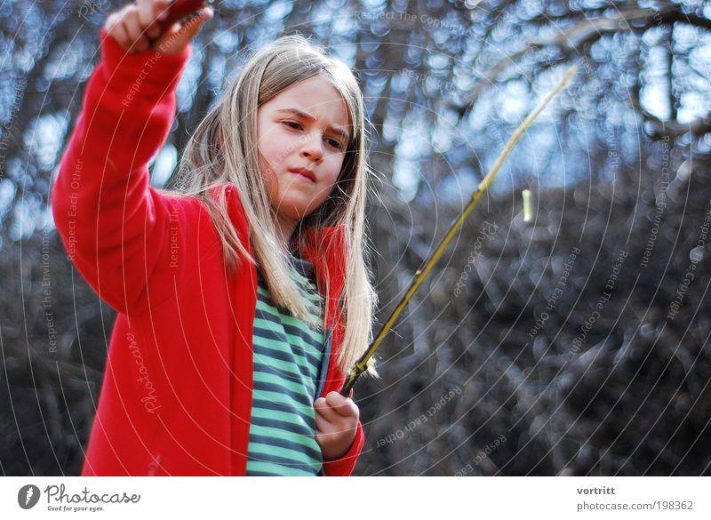 Zeit zum bräteln Mensch Kind Natur Baum rot Mädchen Landschaft Bewegung Holz Freiheit braun Zufriedenheit blond Kindheit Sträucher T-Shirt