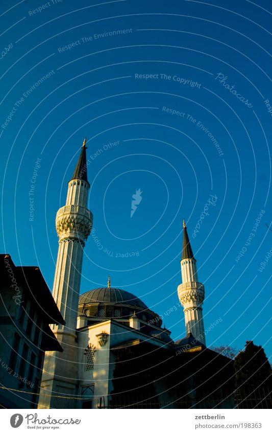 Moschee Berlin Neukölln sehitlik Islam Moslem Religion & Glaube Koran Turm Minarett muezzin Kuppeldach Himmel Schönes Wetter Wolkenloser Himmel Sommer Türkei