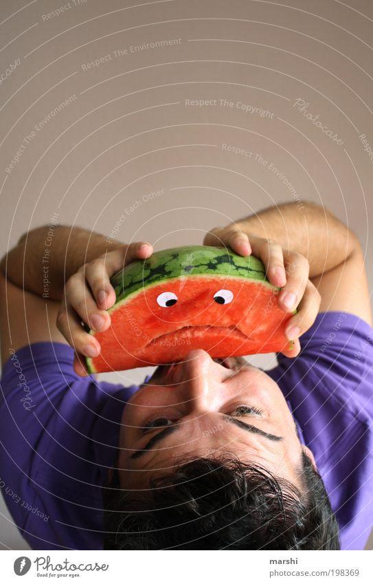 lebendig verschlungen Mensch Mann grün rot Gesicht Auge Ernährung Leben Gefühle Kopf Stimmung Gesundheit Erwachsene Essen Lebensmittel maskulin
