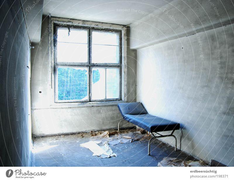 Hostel Einsamkeit kalt dunkel Fenster Tod Stein Raum dreckig gehen Beton leer kaputt Innenarchitektur Bett Vergänglichkeit gruselig