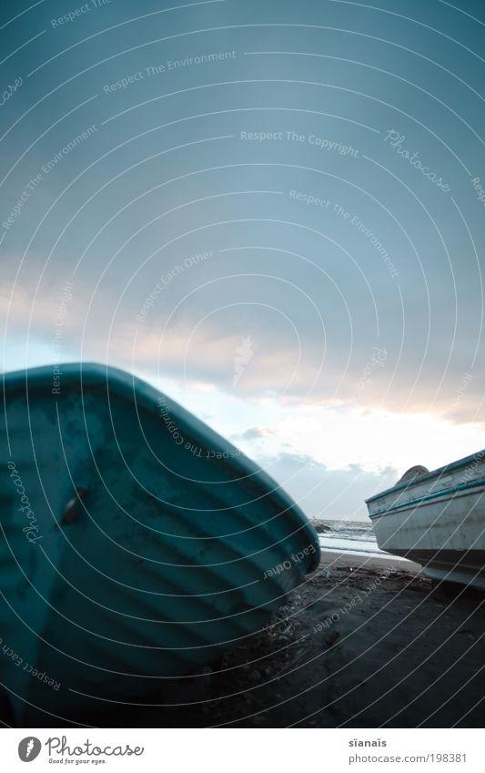 cockleshell alt Himmel Meer blau Strand ruhig Ferne dunkel Sand Wasserfahrzeug Spanien Ruderboot Mittelmeer Fischerboot Bootsfahrt