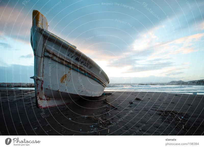 Charons Fähre Horizont Strand Meer Mittelmeer Schifffahrt Bootsfahrt Fischerboot alt Armut dunkel gruselig blau ruhig träumen Idylle Schiffsbug kalt