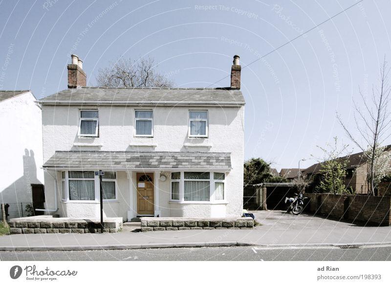 Home Sweet Home Himmel Wolkenloser Himmel Wärme England Stadtrand Menschenleer Haus Einfamilienhaus Platz Bauwerk Gebäude Architektur Fassade Fenster Tür