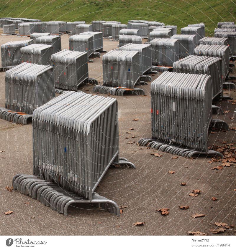 Demo-Lager? Barriere retten Baustelle Sicherheit polizei Demonstration Gitter Zaun einsperren gefangen Absperrgitter gesperrt Konzert Naturschutzgebiet grau