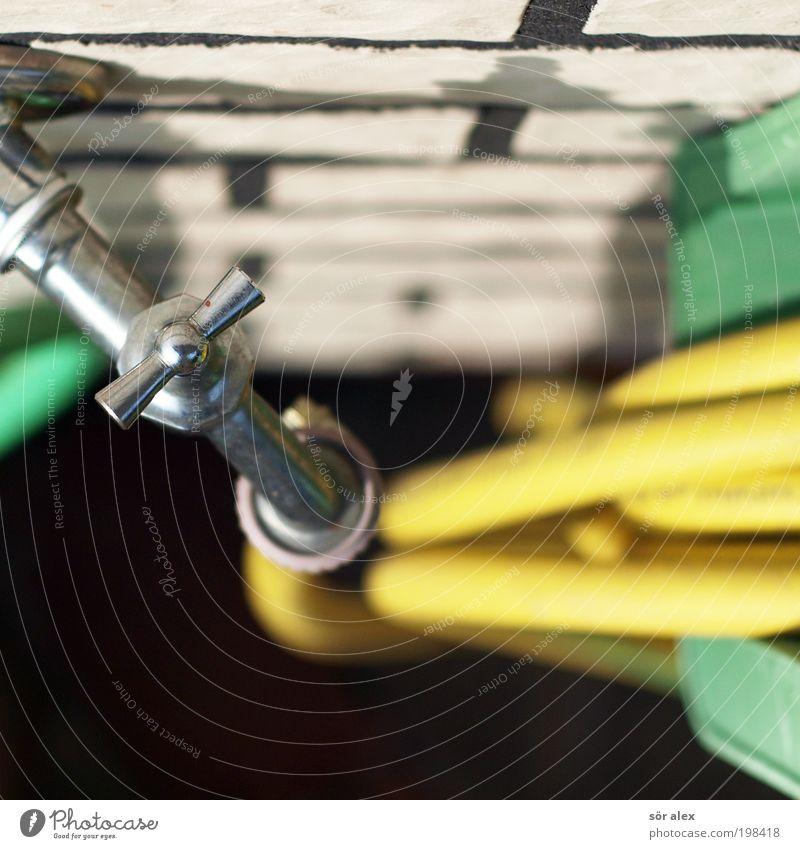 Wasser marsch! Wasserhahn Metall Stahl drehen gelb grün silber weiß Frühlingsgefühle Edelstahl Gummi Gartenarbeit Gartenschlauch Backstein gießen Erfrischung