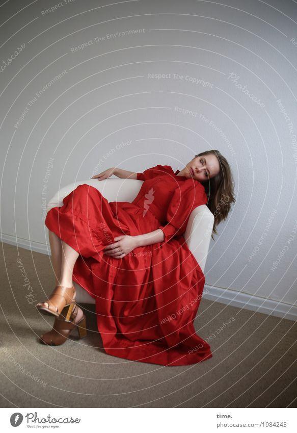 . Sessel Raum feminin Junge Frau Jugendliche 1 Mensch Kleid Schuhe blond langhaarig beobachten Erholung Blick sitzen außergewöhnlich schön rot selbstbewußt