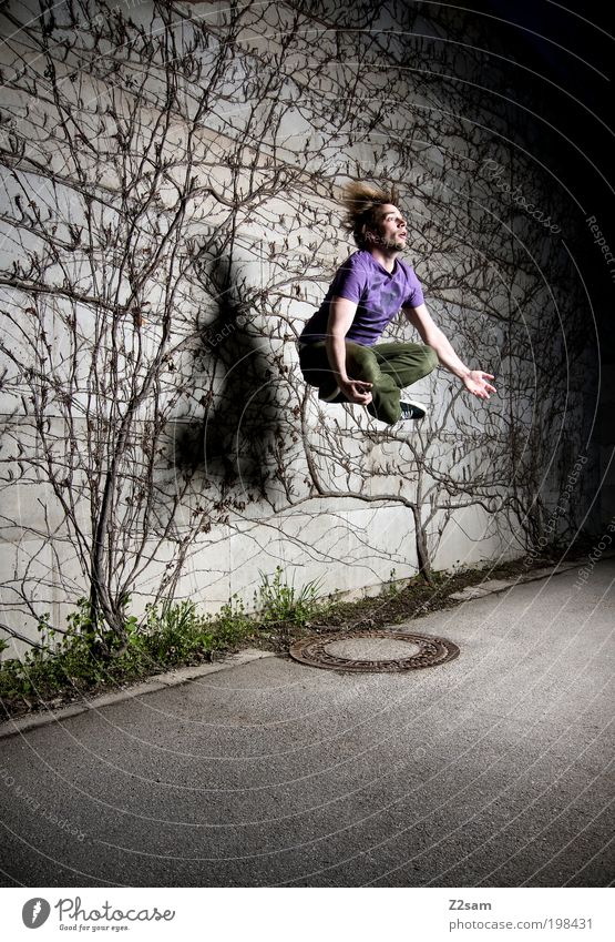 druckluft Stil Junger Mann Jugendliche 1 Mensch 18-30 Jahre Erwachsene Landschaft Pflanze Baum Sträucher Haare & Frisuren fliegen springen außergewöhnlich