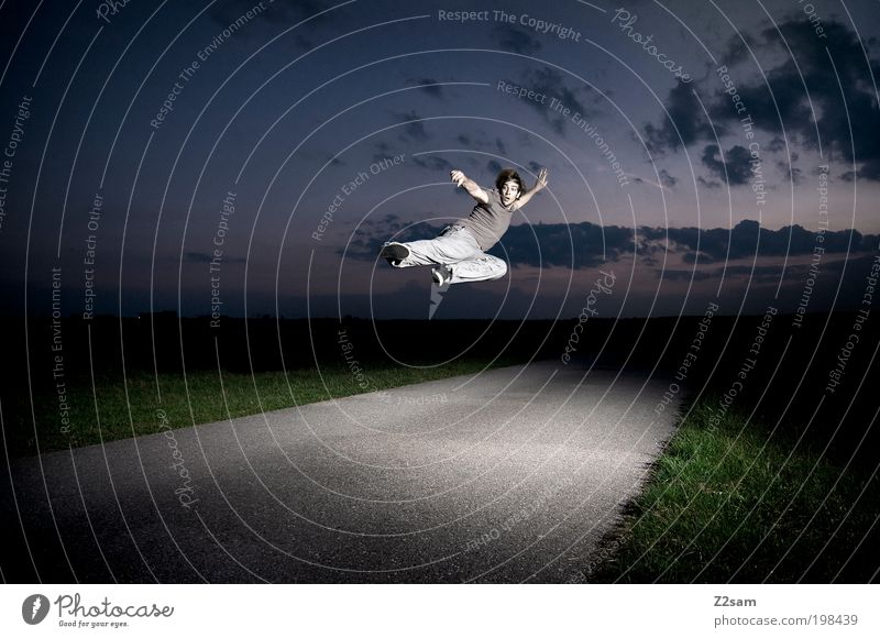kung fu fighting Kampfsport Junger Mann Jugendliche 18-30 Jahre Erwachsene Umwelt Natur Landschaft Wolken Nachthimmel Horizont Gras T-Shirt kämpfen springen