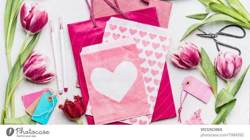 Tulpen mit rosa Papiertüten und Umschlag mit Herz Blume Freude Liebe Stil Feste & Feiern Design rosa Dekoration & Verzierung Geburtstag Herz Geschenk Papier Blumenstrauß Schreibstift Tulpe Basteln