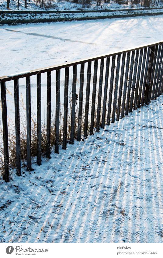 wintersonne. blau Winter Schnee Küste Park Eis Ausflug Streifen Frost Spaziergang Bürgersteig gefroren Geländer Zaun Bach Kanal