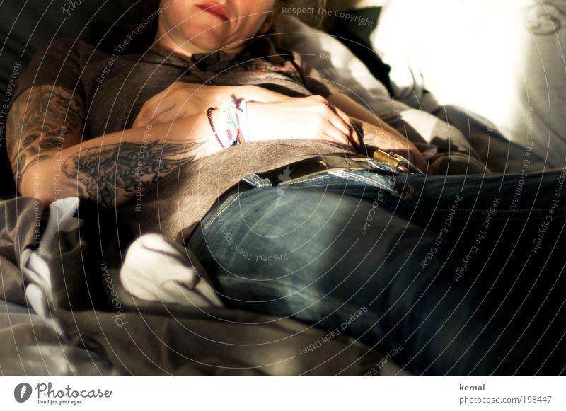 How to be idle Lifestyle Schlafzimmer Mensch feminin Frau Erwachsene Haut Arme Hand 1 30-45 Jahre Subkultur Tätowierung Flügel Accessoire Tattoo Armband liegen