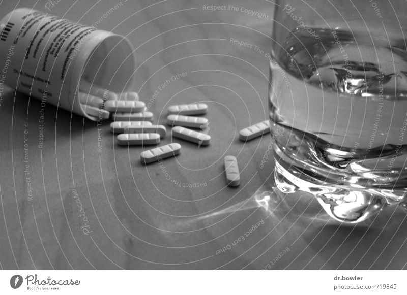 Headache Wasser schwarz Glas Alkohol Medikament Tablette Kopfschmerzen Tod Lebensmittel Ernährung Überdosis