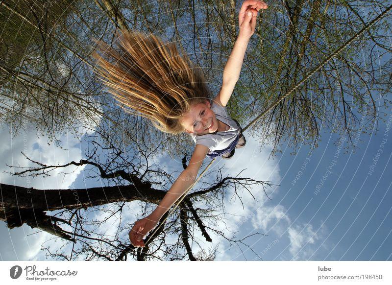 Die fliegende Anna Maria Mensch Kind Sommer Freude feminin lachen Haare & Frisuren springen Glück Luft Kindheit Zufriedenheit Abenteuer außergewöhnlich Seil