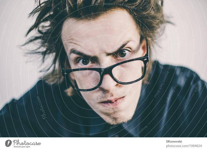 Junger Nerd mit Glasporträt Mensch Mann alt Farbe Hand rot Freude Erwachsene lustig Spielen Freizeit & Hobby retro Technik & Technologie verrückt Finger
