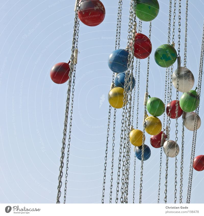 BonBons rot Gewicht gelb grün blau Himmel himmelblau München Karussell Jahrmarkt Kettenkarussell Konstruktion Ballone weiß verbeult Farbfoto mehrfarbig