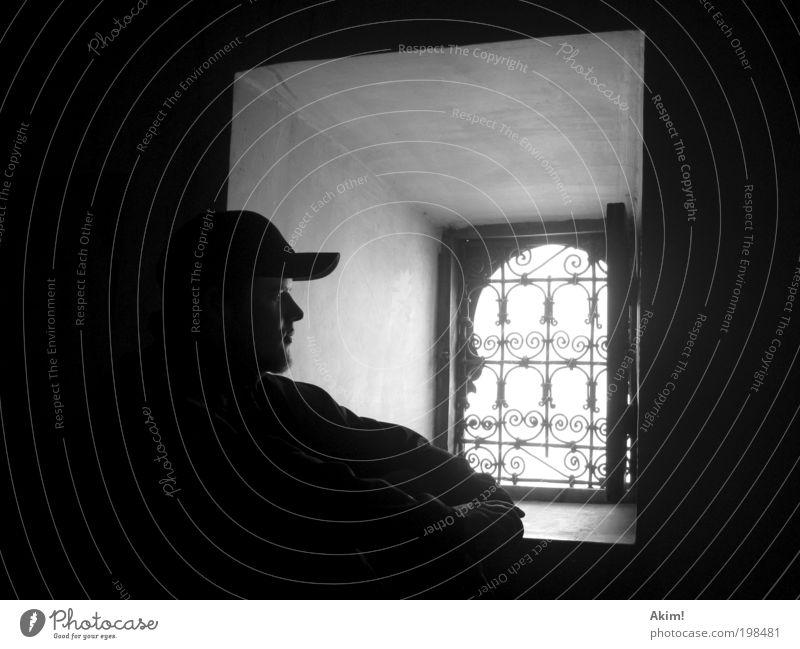 Melancholia maskulin Junger Mann Jugendliche 18-30 Jahre Erwachsene Fenster Denken Gefühle Stimmung Traurigkeit Sehnsucht Einsamkeit Schwarzweißfoto