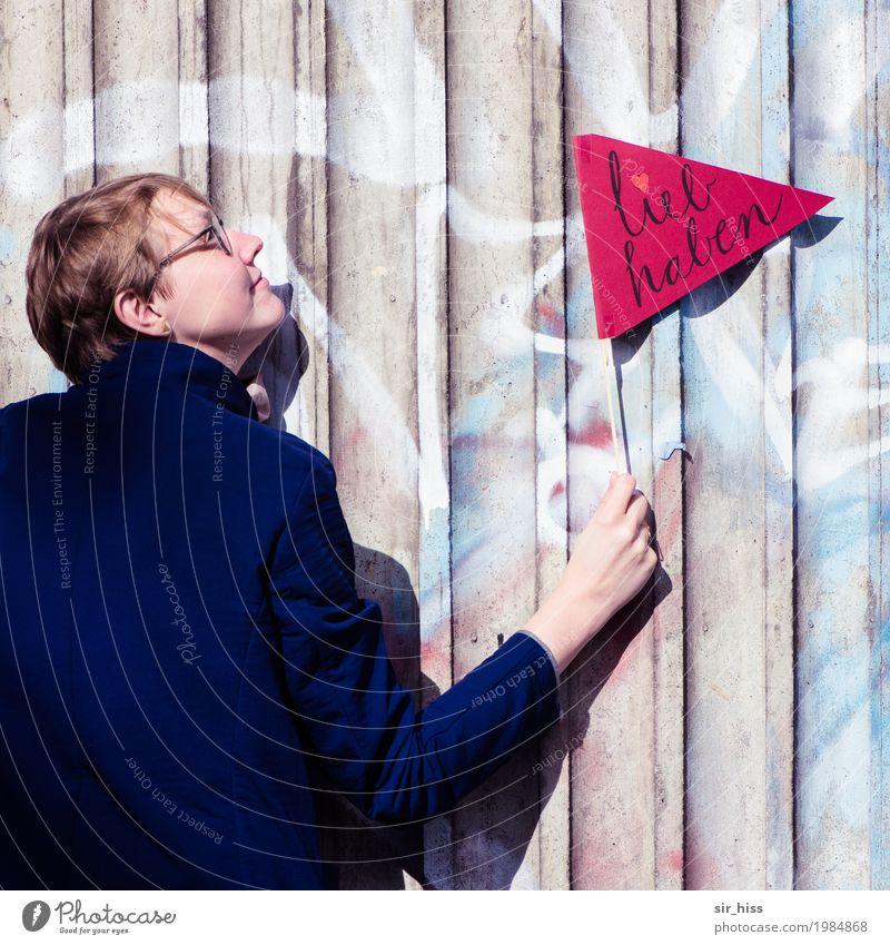 Liebesbeweis feminin 1 Mensch Stadt Turm Mantel Ornament Hinweisschild Warnschild Graffiti Brunft beobachten genießen Küssen Lächeln leuchten träumen Umarmen