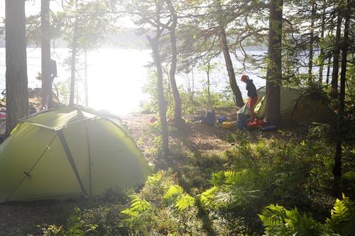 Inselglück Frau Erwachsene Leben 1 Mensch Wasser Sonnenlicht Sommer Schönes Wetter Wald See Dalsland Kanal Kanu Kanutour Kanuten Zelt Zeltlager grün Glück