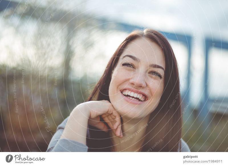 Portrait einer lachenden Frau schön Leben Mensch feminin Junge Frau Jugendliche Erwachsene 1 18-30 Jahre 30-45 Jahre schwarzhaarig brünett außergewöhnlich