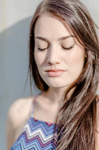 Geschlossene Augen feminin Junge Frau Jugendliche Erwachsene Leben Gesicht 18-30 Jahre authentisch Freundlichkeit frisch Glück schön einzigartig natürlich